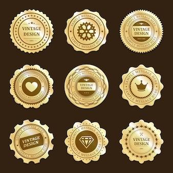 Złote naklejki z zestawem etykiet vintage design. premium tagi z sercem i koroną promują nowe marki. luksusowe ozdoby diamentowe i koła zębate do certyfikatów jakości sezonowe rabaty w sklepach.