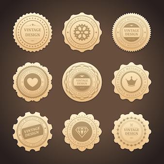 Złote naklejki z zestawem etykiet vintage design. wytarte serce i pomarszczone metki w koronie promują nowe marki. najwyższej jakości diamentowe ozdoby i koła zębate za certyfikaty jakości sezonowe rabaty.