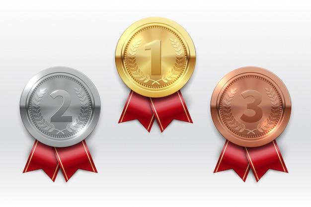 Złote srebrne brązowe medale. zdobywca tytułu mistrza metalowy medal. honor odznaki realistyczny zestaw na białym tle
