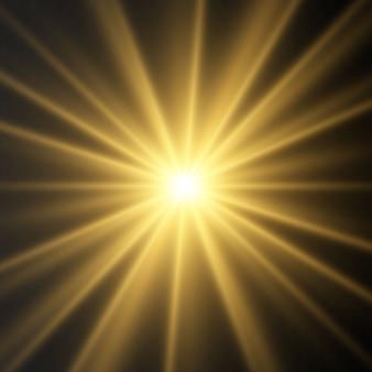Złote świecące efekty świetlne na przezroczystym tle. błysk słońca z promieniami i reflektorem. efekt blasku. gwiazda rozbłysła blaskiem.