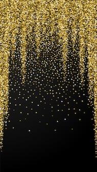 Złote trójkąty błyszczą luksusowe musujące konfetti. rozproszone małe cząsteczki złota na czarnym tle. wybitny świąteczny szablon nakładki. cenne tło wektor.