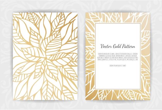 Złote zaproszenie z kwiatowymi elementami.