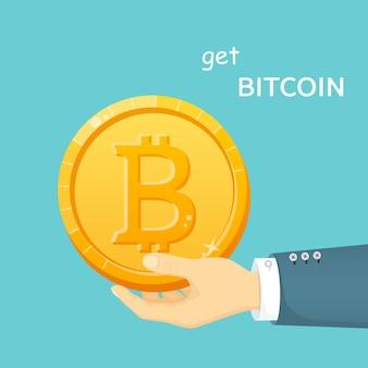 Złoty bitcoin w dłoni mężczyzny. elektroniczne sposoby płatności. kapitalizacja kryptowalut. cyfrowa moneta.