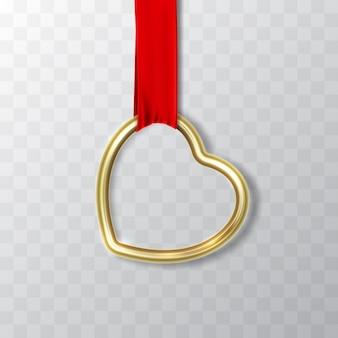Złoty kształt serca wisi na czerwonej wstążce z jedwabnej tkaniny.