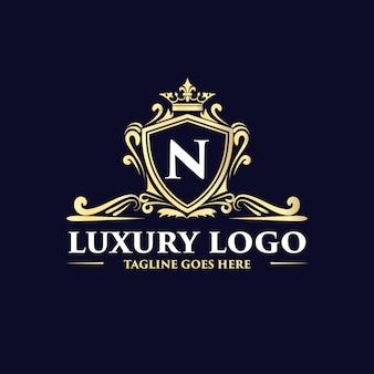 Złoty kwiatowy ręcznie rysowane antyczne luksusowe logo w stylu vintage z koroną nadaje się do restauracji hotelowej kawiarni kawiarni spa salon piękności luksusowy butik kosmetyczny i dekoracyjny biznes