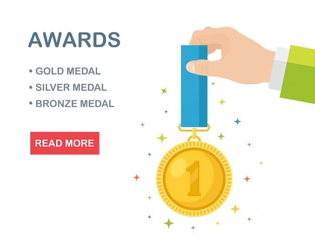 Złoty medal z niebieską wstążką za pierwsze miejsce w szablonie transparentu ręki. trofeum, nagroda zwycięzcy na białym tle