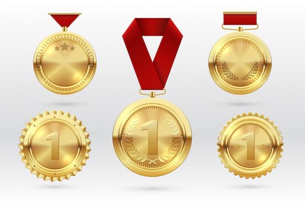 Złoty medal. złote medale numer 1 z czerwonymi wstążkami. zdobywca trofeum za pierwsze miejsce. wektor zestaw