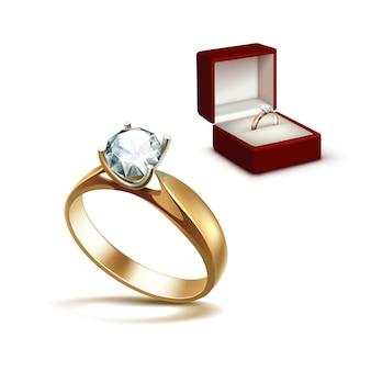Złoty pierścionek zaręczynowy z białym błyszczącym czystym diamentem w czerwonym pudełku z biżuterią z bliska na białym tle