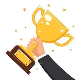 Złoty puchar w ręku na białym tle. miejsce nagród.