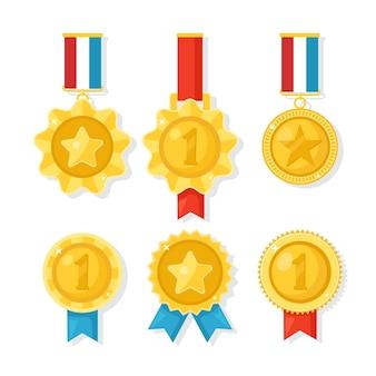 Złoty, srebrny, brązowy medal za pierwsze miejsce. trofeum, nagroda dla zwycięzcy na białym tle. zestaw złotych odznak ze wstążką. osiągnięcie, zwycięstwo. ilustracja