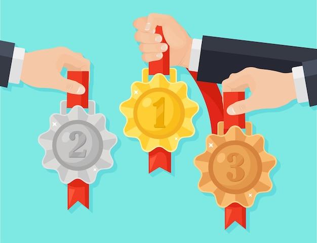 Złoty, srebrny, brązowy medal za pierwsze miejsce w rozdaniu. trofeum, nagroda dla zwycięzcy w tle. zestaw złotych odznak ze wstążką. osiągnięcie, zwycięstwo.