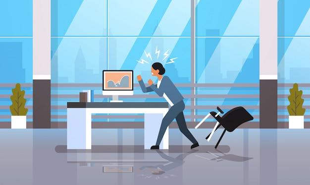 Zły bizneswoman rzuca krzesło patrząc raport finansowy