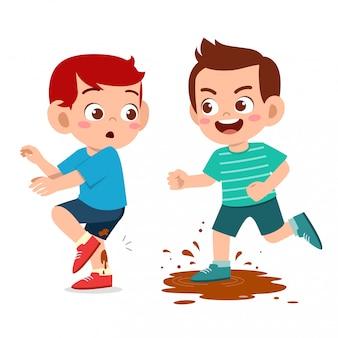 Zły mały chłopiec prześladuje przyjaciela