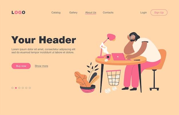Zmęczona kobieta siedzi przy stole na płaskiej stronie docelowej pracy .. cartoon wyczerpana postać żeńska pracująca na komputerze przenośnym. zespół wypalenia zawodowego i koncepcja przeciążenia