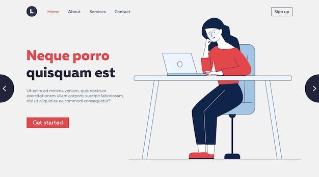 Zmęczona kobieta używa laptop przy biurkiem