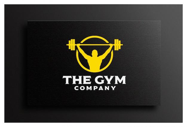 Znaczek logo fitness z muskularnym mężczyzną