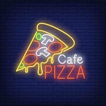 Znak neonowej pizzy cafe. kawałek pizzy z serem. noc jasna reklama.