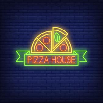 Znak neonowy dom pizzy. pół pizzy z przewijaniem. noc jasna reklama.