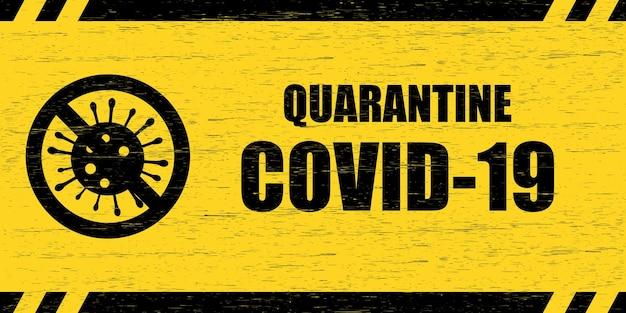 Znak ostrzegawczy koronawirusa. porysowany drewniany talerz z napisem quarantine covid-19 i przekreślonym symbolem wirusa, czarny na żółtym tle