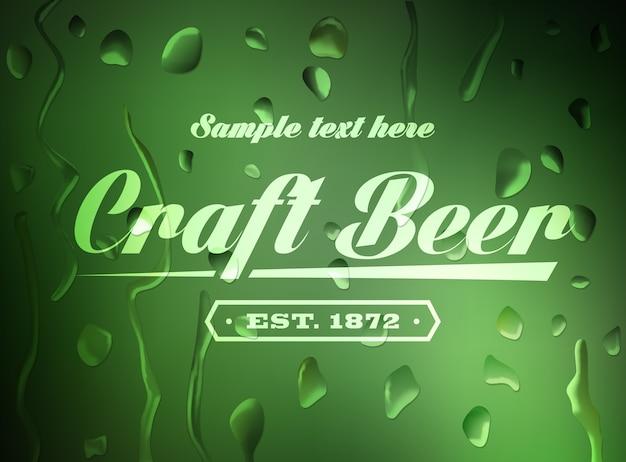 Znak piwa rzemieślniczego na nieostre tło z kropli wody.