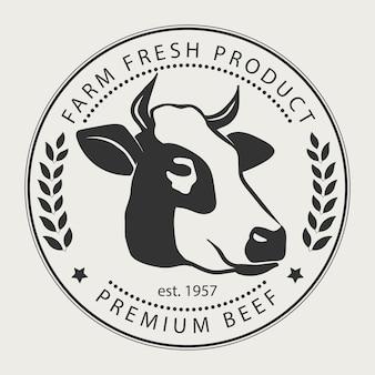 Znak sklepu mięsnego z sylwetką krowy, etykietą wołowiny premium, odznaką typograficzną i elementem projektu