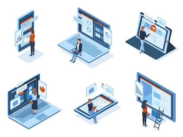 Znaki izometryczne wykorzystują interfejsy gadżetów technologicznych. ludzie pracują lub uczą się używać laptopów tabletów smartfonów ekrany wektor zestaw ilustracji. postacie wchodzą w interakcję z interfejsami za pomocą usług online