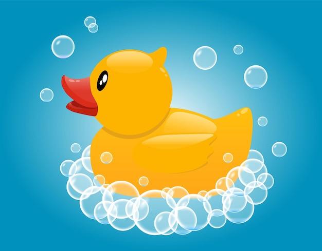 Żółta gumowa kaczka w mydlanej piance. zabawka do kąpieli dla niemowląt.