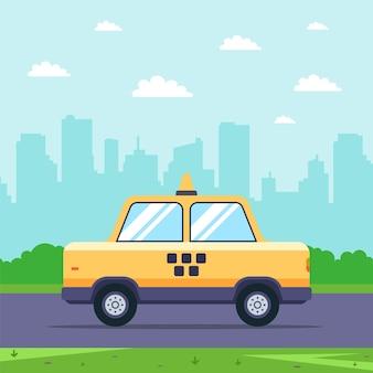 Żółta taksówka jeździ po drodze na tle miasta. płaska ilustracja.