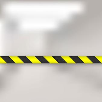 Żółte i czarne linie taśmy barierowej. ogrodzenie słupowe z taśmą ostrzegawczą chroni przed wejściem
