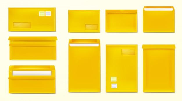 Żółte koperty ze znaczkami. puste okładki papierowe