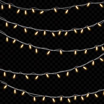 Żółte lampki choinkowe na białym tle realistyczne elementy projektu. świąteczne lampki na przezroczystym tle. świąteczna girlanda świecąca.