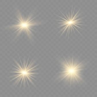 Żółte świecące światło wybucha na przezroczystym tle. lśniące magiczne cząsteczki kurzu. jasna gwiazda. przezroczyste świecące słońce, jasny błysk. błyszczy.