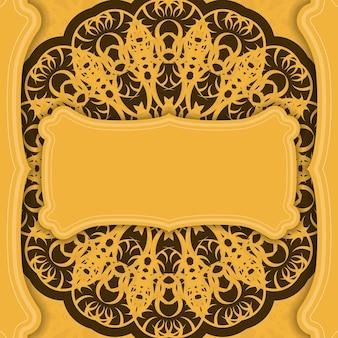 Żółte tło z luksusowym brązowym wzorem i miejscem na logo
