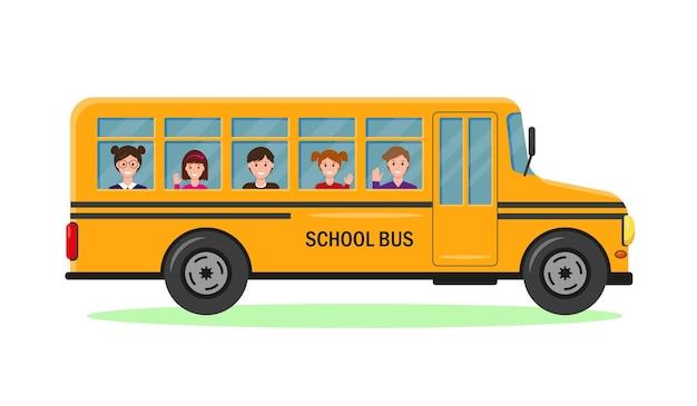 Żółty autobus szkolny z uśmiechniętymi uczniami
