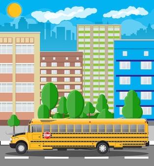 Żółty długi klasyczny autobus szkolny w mieście.