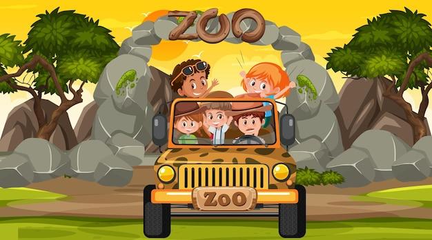 Zoo o zachodzie słońca scena z wieloma dziećmi w samochodzie jeep
