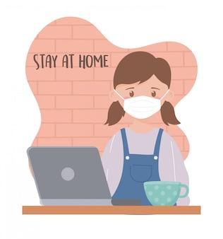 Zostań w domu, dziewczyno z maską i filiżanką kawy na laptopa