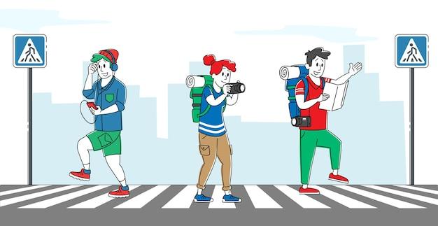 Zrelaksowane postacie pieszych przechodzące przez ulicę
