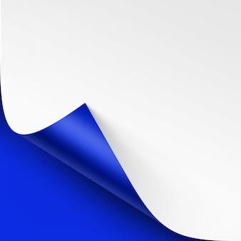 Zwinięty róg białego papieru z cieniem