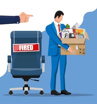 Zwolnij pracownika, krzesło z wypaloną tabliczką ze słowami i karton z przedmiotami biurowymi