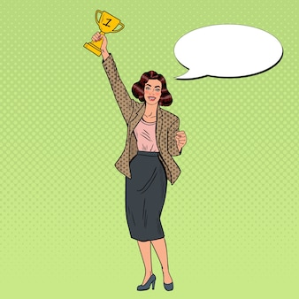 Zwycięzca pop art business woman ze złotym puchar.