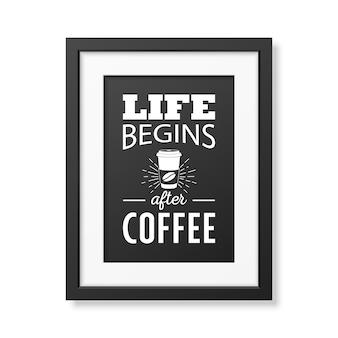 Życie zaczyna się po kawie. typograficzny cytat w realistycznej kwadratowej czarnej ramce.