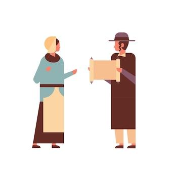 Żydowska para czytanie tory żydówka mężczyzna kobieta w tradycyjnych strojach stojących razem szczęśliwych świąt religijnych judaizmu chanuka