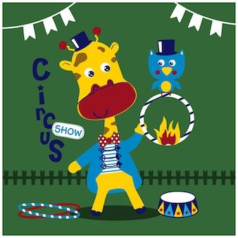 Żyrafa w cyrku pokazuje zabawną kreskówkę zwierząt