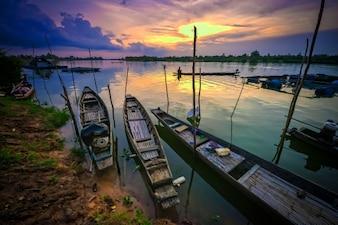 łodzie rzeki i zachód słońca