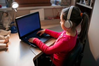 Śliczna dziewczyna wyszukuje laptop