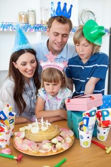 Śliczna mała dziewczynka świętuje jej urodziny
