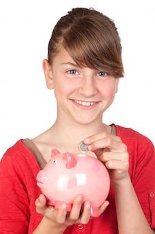 Śmieszna dziewczyna z różowym prosiątko bankiem odizolowywającym na białym tle