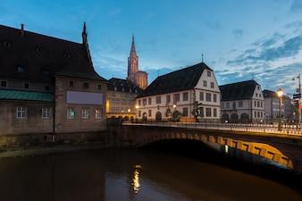 Średniowieczny bridżowy Ponts Couverts i katedra Nasz dama Strasburg w Strasburg, Francja