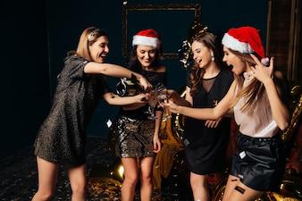 Świętuj świąteczną ewe w klubie z przyjaciółmi. Święto Nowego Roku z najlepszymi dziewczynami.